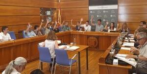 Els regidors del govern, aprovant les dedicacions d'aquest mandat.