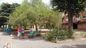 Els responsables de la junta de la comunitat de propietaris, al parc que volen cedir a l'Ajuntament.