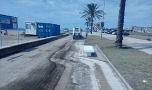 Els serveis de neteja, al passeig marítim de Cunit.