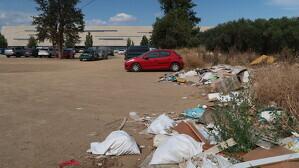 Imatge actual de l'aparcament sense asfaltar de davant de l'Hospital Universitari Sant Joan de Reus
