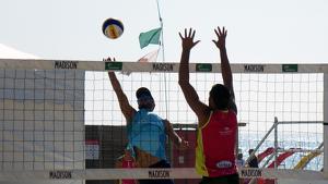 Imatge d'un dels primers partits de la competició sobre la sorra de la platja de l'Arrabassada