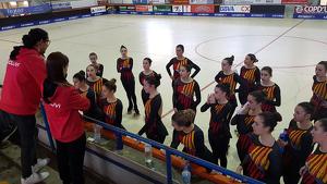 Imatge d'un entrenament del Grup Xou Gran amb Xavi López i Laura Rodríguez dirigint les patinadores