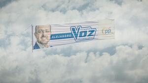 La pancarta que recorrerà les platges de Tarragona, i Catalunya, amb la campanya del president del PPC, Alejandro Fernández.