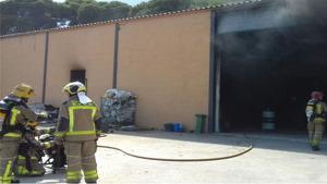 Les flames han calcinat per complet un tractor de l'interior del magatzem.