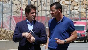 Lluís Fàbregas conversat amb Sergi Parés a les instal·lacions del Nou Estadi