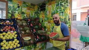 Noureddine Boukhabza és el propietari de la fruiteria Fresc Market, a la plaça de la Dona Treballadora