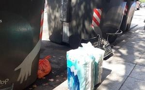 Residus llençats a fora dels contenidors, a la carretera de Valls del Vendrell.