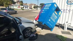 Un ferit lleu en encastar el cotxe contra un contenidor a Calafell