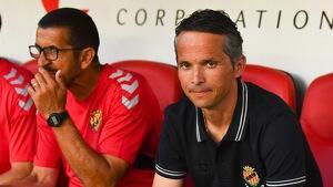 Xavi Bartolo al costat de Manolo Oliva, preparador de porters i encarregat de les jugades d'estratègia grana