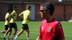 Xavi Bartolo dirigint un entrenament a l'annex del Nou Estadi
