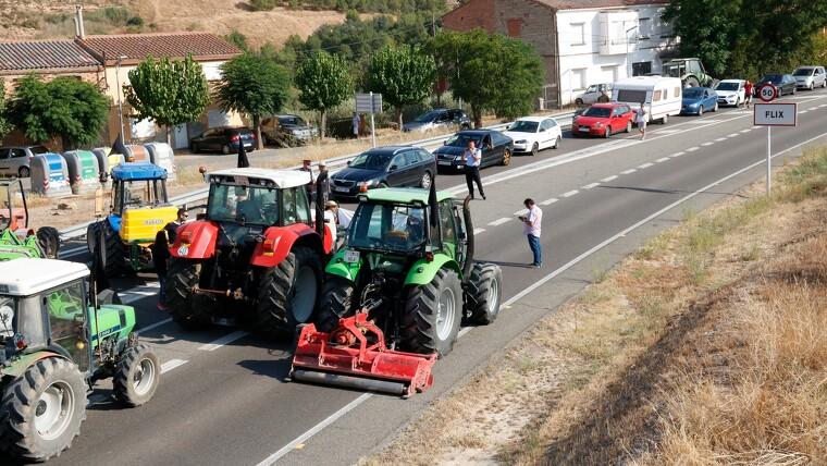 El tall de carretera a la C-12 a Flix per part de pagesos afectats per l'incendi de la Ribera d'Ebre