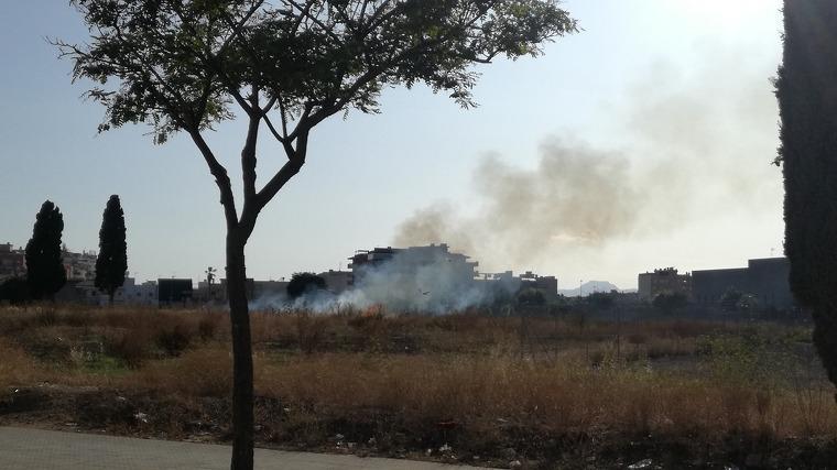 Incendi de matolls al descampat de davant de l'Hospital Sant Joan