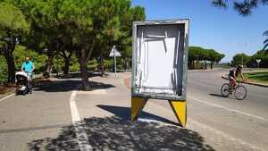 Dos dels opis de l'avinguda han estat objecte d'actes vandàlics i es troben amb els vidres trencats.