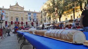 El Gremi d'Artesans Pastissers ha preparat un pastís de nata de 75 metres de llarg.