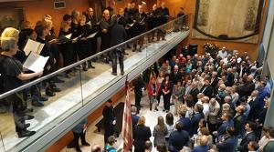 El vestíbul del Teatre Bartrina ple de gom a gom pels actes de la Diada a Reus.