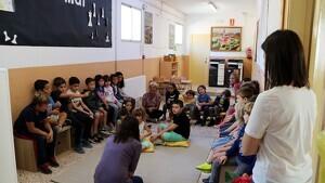 Els alumnes de la comunitat de mitjans, amb els infants de 1r, 2n i 3r de primària