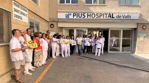 Els treballadors del Pius Hospital de Valls es concentren per exigir millors condicions laborals