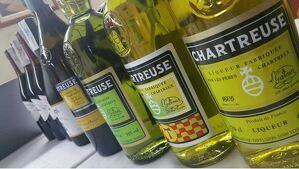 Imatge d'arxiu d'ampolles de Chartreuse, entre elles una de l'edició especial Tau.