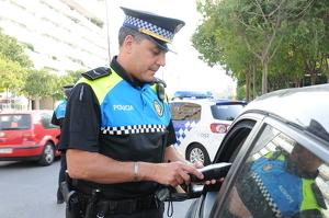Imatge d'arxiu d'un agent de la guàrdia urbana en una prova d'alcoholèmia