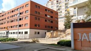 Imatge del bloc ocupat il·legalment a Tarragona i on els veïns pateixen les conseqüències del consum i el tràfic d'estupefaents.