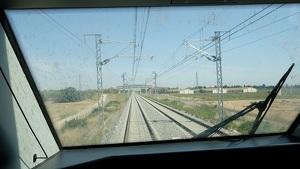 Imatge d'un tram de doble via de la variant de Vandellòs des de la cabina del tren.