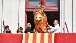 Josep Lluís Rius durant la presentació del Lleó petit al balcó de l'Ajuntament de Reus