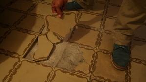 La família assegura que la propietària del pis es nega a arreglar els desperfectes de l'immoble