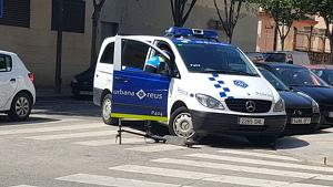 La furgoneta de la Guàrdia Urbana, amb el patinet al costat
