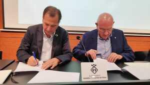 L'alcalde de Vandellòs i l'Hospitalet de l'Infant, Alfons Garcia, i el president de la Fundació Gresol, Emili Correig, signen el conveni de col·laboració.
