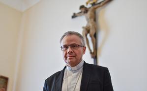 L'arquebisbe de Tarragona, Joan Planellas, a la sala del consell episcopal, del Palau Arquebisbal.