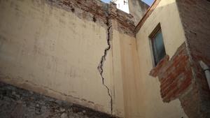 Les esquerdes afecten diverses cases del nucli antic