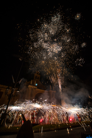 Llum, foc i devoció per la tarda de la Diada Misericòrdia en imatges