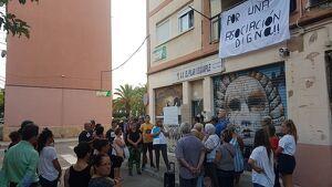 Prop de cinquanta persones s'han manifestat davant el local de l'AVV El Pilar - Eixample.