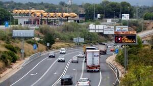 Un rètol lluminós que informa de la restricció de pas de camions fins a Vilafranca Sud.