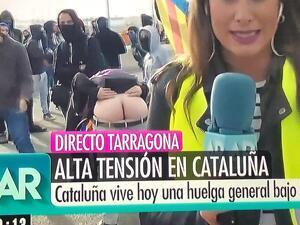 Captura del moment en el qual un manifestant ensenya el cul a les càmeres de televisió d'Ana Rosa Quintana.
