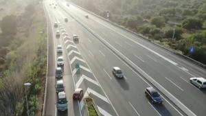 Captura d'un fragment del vídeo, on es veu el cotxe vermell en contra direcció per reincoporar-se a l'AP-7.