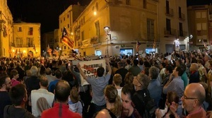 Centenars de persones s'han aplegat a la plaça Vella del Vendrell.