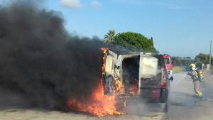 Crema totalment una furgoneta a tocar de l'N-340 a Amposta