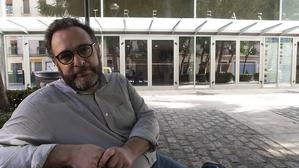 Daniel Recasens a la plaça del Teatre de Reus, davant del Teatre Bartrina