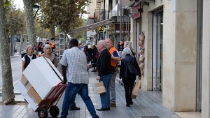 El carrer Barcelona, una de les principals artèries de Salou, a ple rendiment el matí d'aquest 18 d'octubre.
