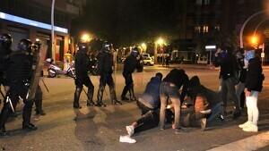 El ferit estès al terra a l'avinguda Marquès de Montoliu a Tarragona després de rebre l'impacte d'un contenidor empès per una furgoneta dels Mossos.