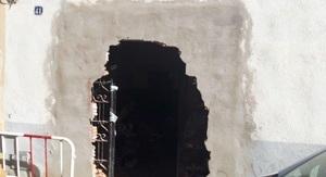 El forat que s'ha fet a la paret per entrar dins la casa tapiada.