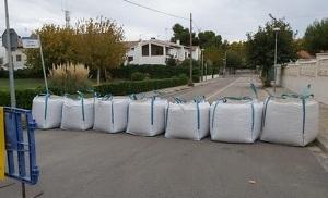 Els sacs de terra que Calafell ha posat en diversos carrers per contenir l'aigua.