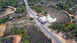 Gran pla general de la locomotora d'un tren de mercaderies bolcada al municipi de Vinaixa, a les Garrigues