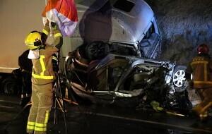 Imatge de la cabina del camió accidentat amb un dels vehicles que s'ha vist involucrat sota la cabina