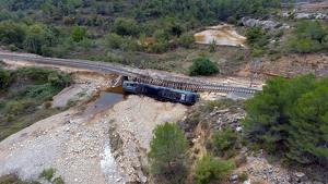 Imatge de la locomotora d'un tren de mercaderies bolcada al municipi de Vinaixa, a les Garrigues