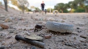 Imatge de restes metàl·liques i de runa que hi ha escampades pel parc caní de Vila-seca.