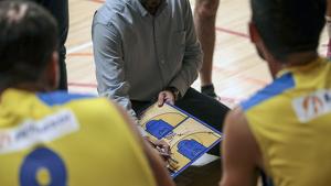 Jesús Muñiz donant instruccions als seus jugadors