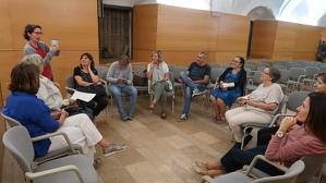 La nutricionista Mònica Chica analitzant els aliments que han comprat els participants del taller