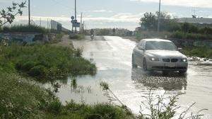 Les crescudes de la riera de la Bisbal provoquen inundacions a Sant Salvador.